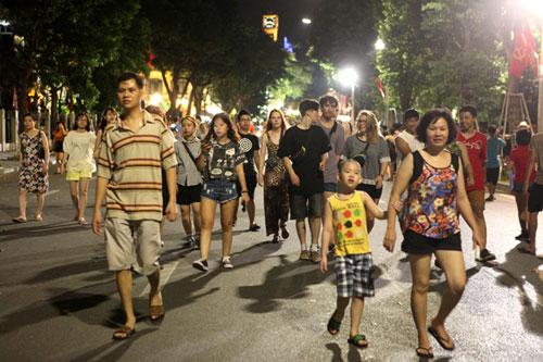 Ngàn người háo hức thưởng ngoạn phố đi bộ quanh Hồ Gươm - 27