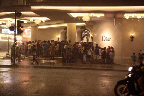 Ngàn người mắc kẹt trên phố đi bộ vì mưa lớn - 4