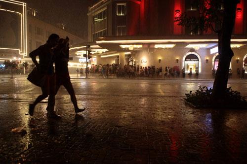 Ngàn người mắc kẹt trên phố đi bộ vì mưa lớn - 5