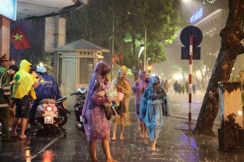 Ngàn người mắc kẹt trên phố đi bộ vì mưa lớn - 6