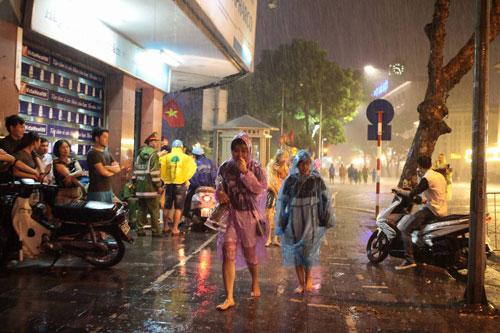 Ngàn người mắc kẹt trên phố đi bộ vì mưa lớn - 7