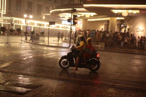 Ngàn người mắc kẹt trên phố đi bộ vì mưa lớn - 8