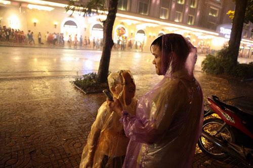 Ngàn người mắc kẹt trên phố đi bộ vì mưa lớn - 11