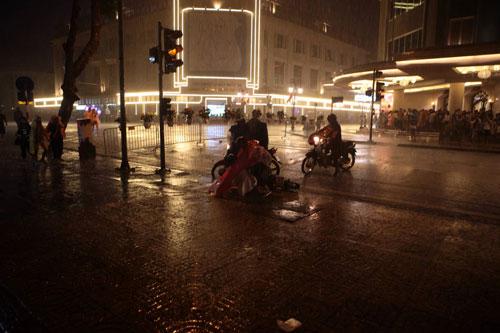Ngàn người mắc kẹt trên phố đi bộ vì mưa lớn - 9
