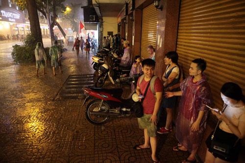Ngàn người mắc kẹt trên phố đi bộ vì mưa lớn - 17