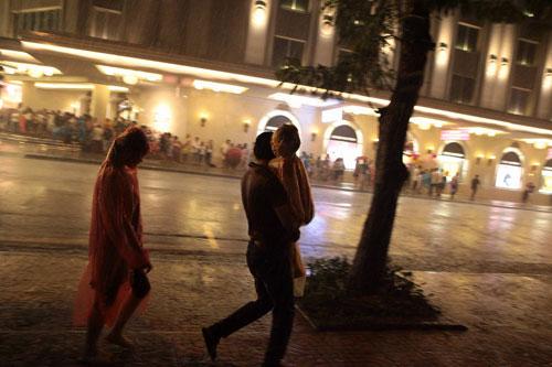 Ngàn người mắc kẹt trên phố đi bộ vì mưa lớn - 12