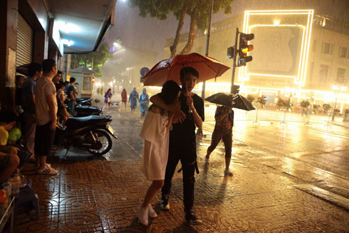 Ngàn người mắc kẹt trên phố đi bộ vì mưa lớn - 14
