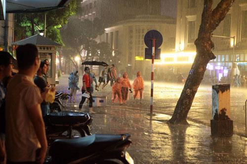 Ngàn người mắc kẹt trên phố đi bộ vì mưa lớn - 13