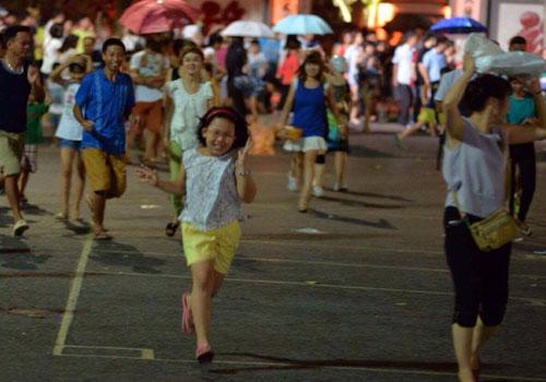 Ngàn người mắc kẹt trên phố đi bộ vì mưa lớn - 1