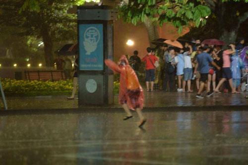 Ngàn người mắc kẹt trên phố đi bộ vì mưa lớn - 3