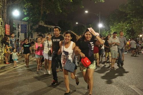 Ngàn người mắc kẹt trên phố đi bộ vì mưa lớn - 2