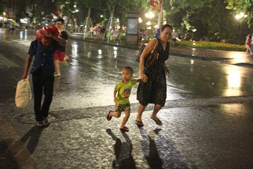 Ngàn người mắc kẹt trên phố đi bộ vì mưa lớn - 18