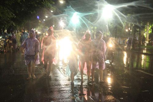 Ngàn người mắc kẹt trên phố đi bộ vì mưa lớn - 21