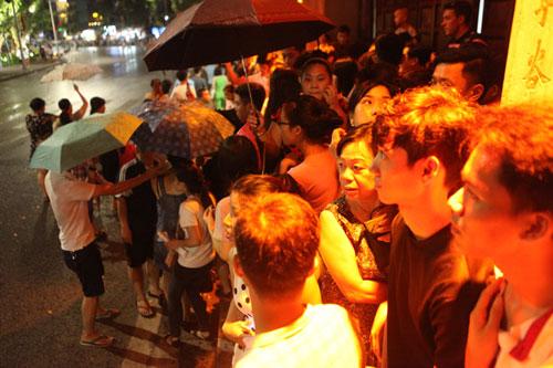 Ngàn người mắc kẹt trên phố đi bộ vì mưa lớn - 15