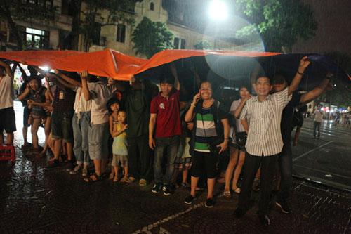 Ngàn người mắc kẹt trên phố đi bộ vì mưa lớn - 20