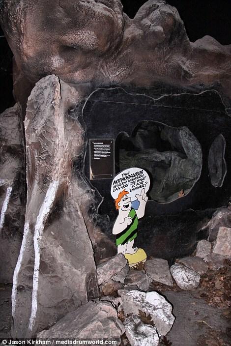 Vẻ bí ẩn bên trong công viên khủng long bị bỏ hoang - 11