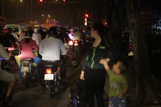 Ngàn người vật vạ thâu đêm ở Bến xe Miền Tây - 17