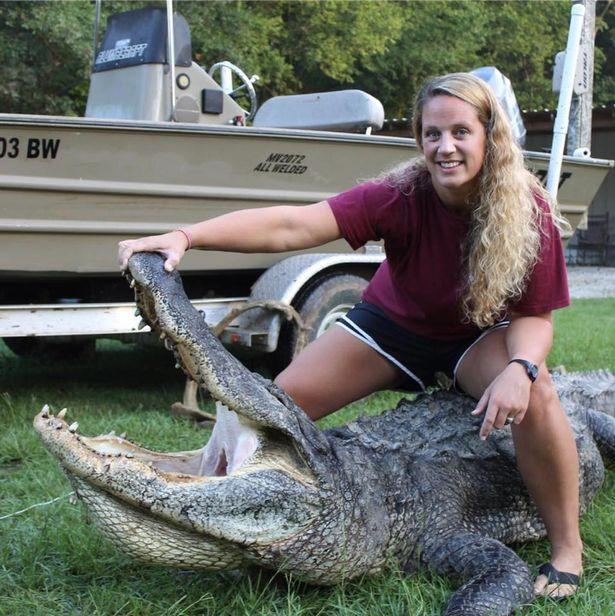 Nữ thợ săn bắt được cá sấu khổng lồ nặng 300kg - 2