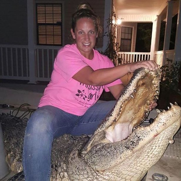Nữ thợ săn bắt được cá sấu khổng lồ nặng 300kg - 3