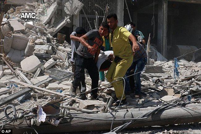 Trẻ em Syria biến hố bom thành hồ bơi giữa phố - 2