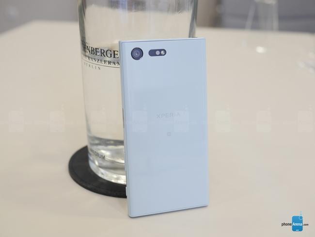 Thiết kế vuông vắn với lớp nhỏ làm bằng nhựa không toát lên được sự cao cấp cho sản phẩm