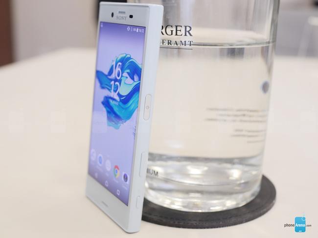Sony Xperia X Compact không có nhiều đột phá trong thiết kế với chất liệu nhựa tổng hợp và cũng không hỗ trợ khả năng chống thấm nước như phiên bản Xperia XZ cũng được Sony trình làng trong dịp này.