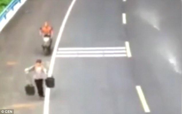 """Video: """"Đắm mình"""" trong xô phân vì bị xe máy tông - 1"""