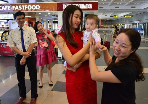 Hoa hậu Mỹ Linh đẹp rạng rỡ trong vòng tay gia đình - 4