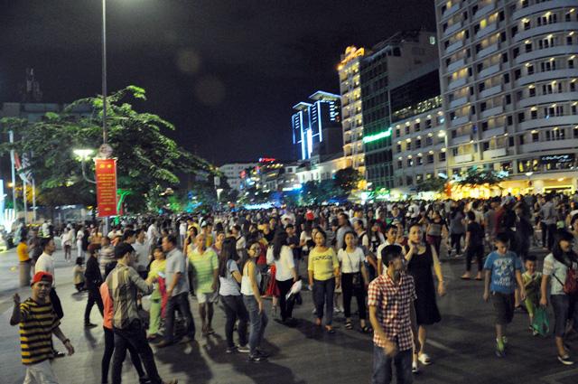 Người dân ùn ùn về trung tâm Sài Gòn xem bắn pháo hoa - 1