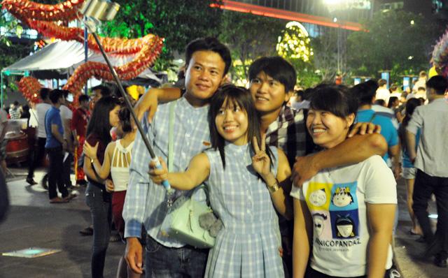 Người dân ùn ùn về trung tâm Sài Gòn xem bắn pháo hoa - 5