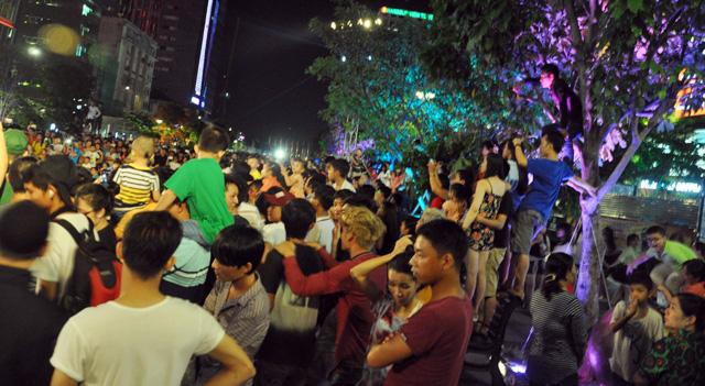 Người dân ùn ùn về trung tâm Sài Gòn xem bắn pháo hoa - 4