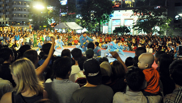 Người dân ùn ùn về trung tâm Sài Gòn xem bắn pháo hoa - 2