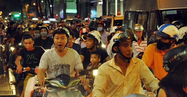 Người dân ùn ùn về trung tâm Sài Gòn xem bắn pháo hoa - 6