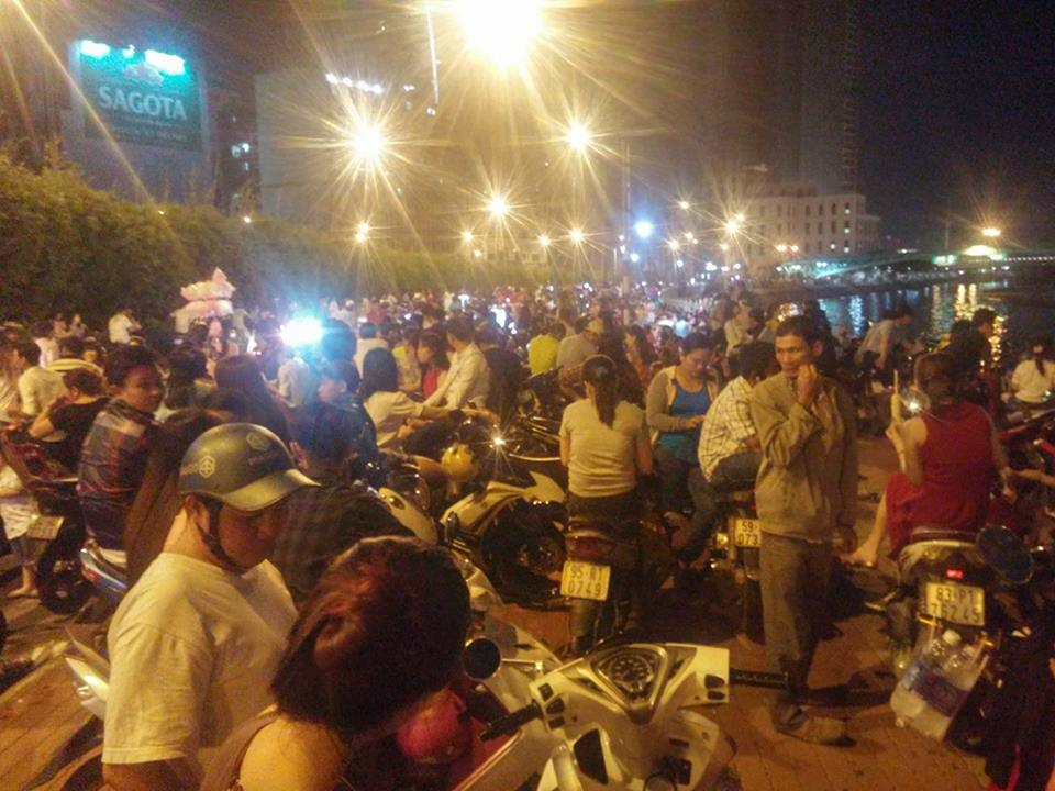 Người dân ùn ùn về trung tâm Sài Gòn xem bắn pháo hoa - 3