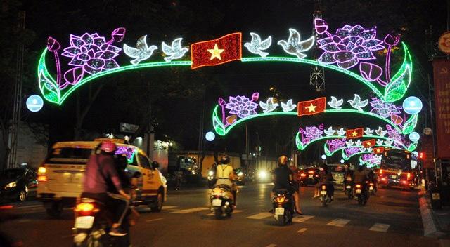 Người dân ùn ùn về trung tâm Sài Gòn xem bắn pháo hoa - 7