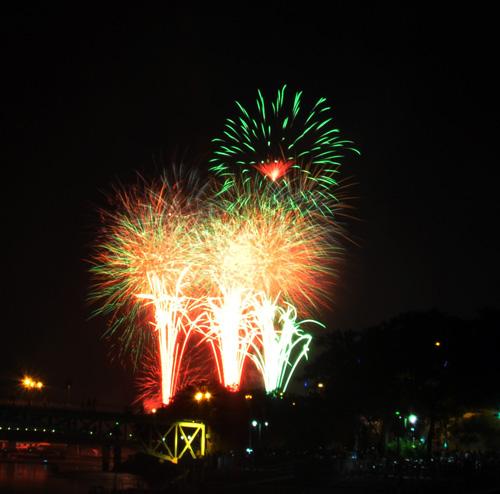 Pháo hoa lung linh trên bầu trời Sài Gòn mừng Tết Độc lập - 3