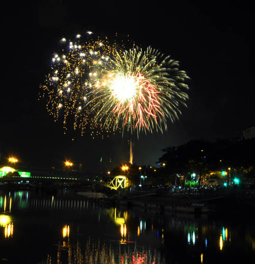 Pháo hoa lung linh trên bầu trời Sài Gòn mừng Tết Độc lập - 1