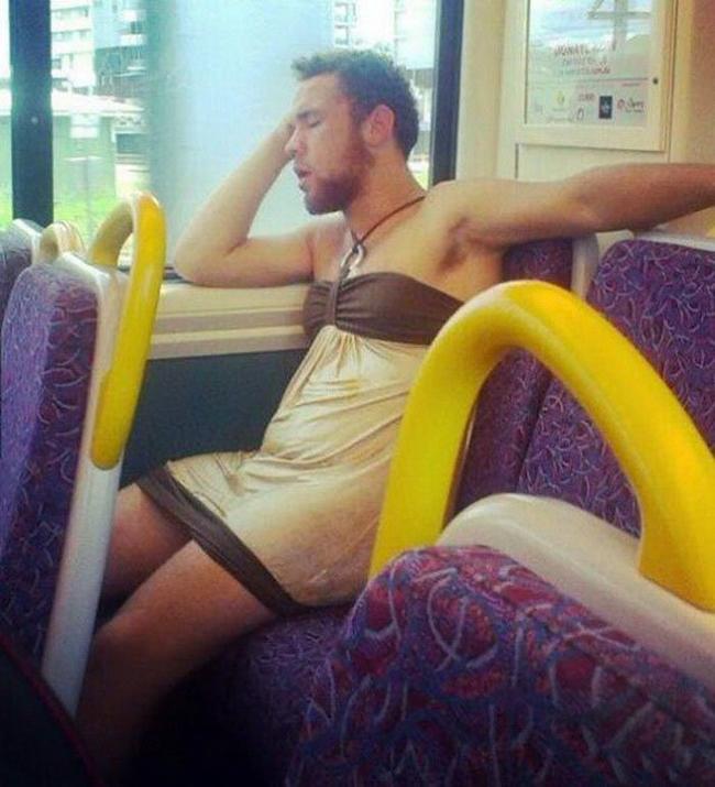 """Úi giời,  """" người đẹp """"  ngủ trên xe buýt."""