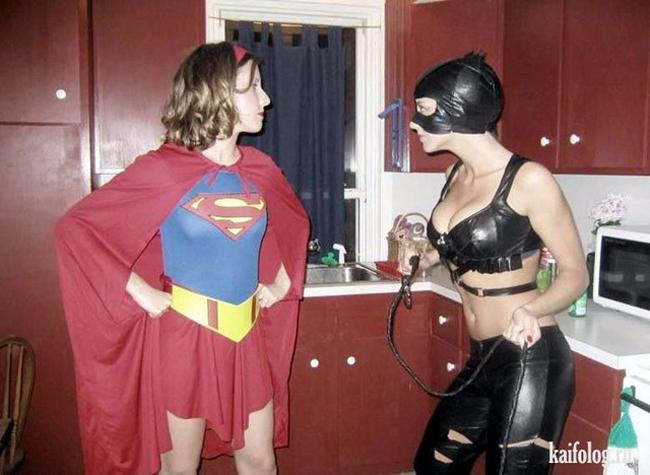 """Cuộc chiến giữa  """" Super Woman """"  và  """" Mèo Đen """" ."""