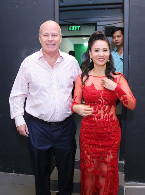 """Vợ chồng ca sĩ Thu Minh tình tứ hôn môi sau """"bão scandal"""" - 3"""