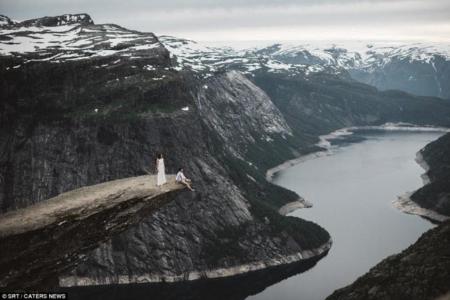 Bức ảnh cưới trên vách đá Lưỡi quỷ ở Na Uy sẽ là kỷ niệm không thể quên với cặp đôi này.