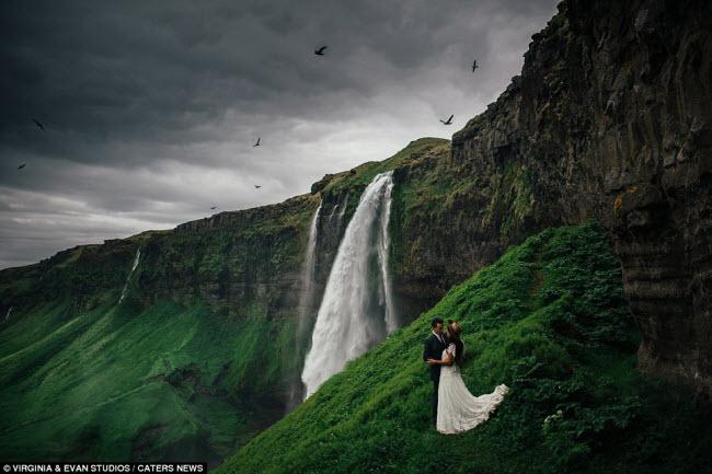 Giống như bối cảnh trong phim viễn tưởng, thác nước Selijalandsfoss ở Iceland tạo ra khung cảnh ngoạn mục dành cho các cặp đôi chụp ảnh cưới.