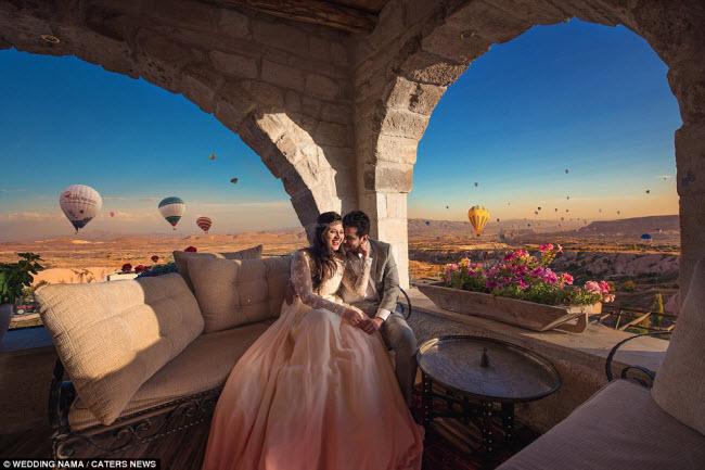 Cặp đôi sắp cưới tình tứ với nhau giữa không gian đầy màu sắc của những chiếc khinh khí cầu trên bầu trời ở Cappadocia,  Thổ Nhĩ Kỳ.