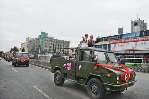 TQ: Xôn xao đám cưới rước dâu bằng xe quân sự - 1