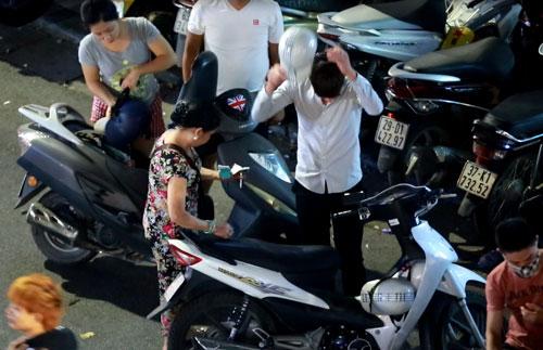 """Dân bị """"chém"""" tiền gửi xe ở phố đi bộ Hồ Gươm, 50.000đ/lượt - 1"""