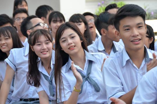 Giáo viên và nữ sinh duyên dáng trong lễ khai giảng sớm - 8