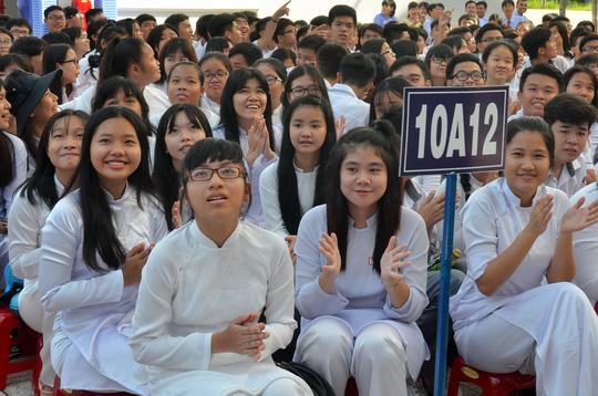 Giáo viên và nữ sinh duyên dáng trong lễ khai giảng sớm - 6