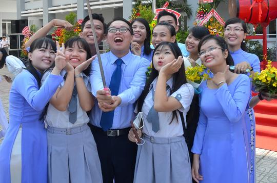 Giáo viên và nữ sinh duyên dáng trong lễ khai giảng sớm - 5