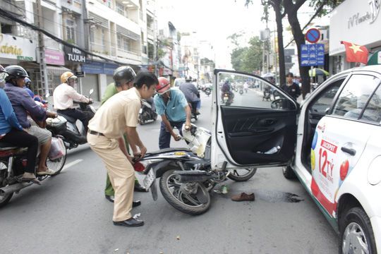 Tông vào cửa taxi, cô gái trẻ bị đứt gân chân - 1