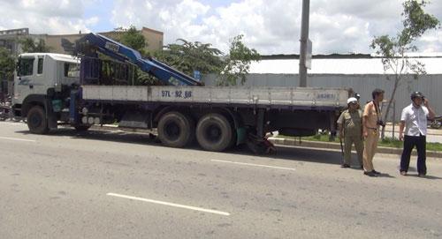 Xe tải chạy lùi cuốn xe máy cùng người đàn ông vào gầm - 1